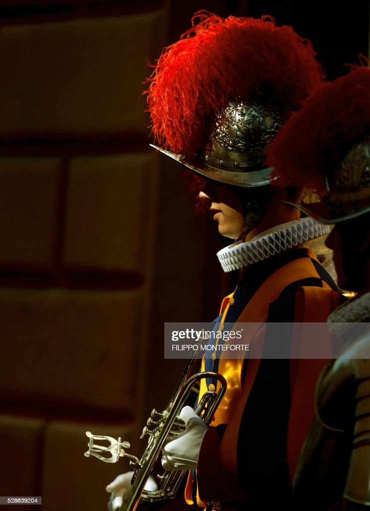 A Swiss guard trumphet player stands holding his instrument prior to a swearing-in ceremony of the new swiss guards in Vatican City, on May 6, 2016. The annual swearing in ceremony for the new papal Swiss guards takes place on May 6, commemorating the 147 who died defending Pope Clement VII on the same day in 1527. / AFP / FILIPPO