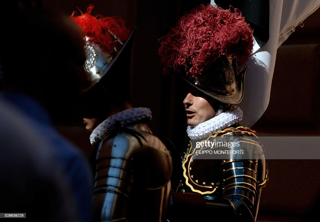 A Swiss Guard vetran speaks to recruits prior to their swearing-in ceremony in Vatican City, on May 6, 2016. The annual swearing in ceremony for the new papal Swiss guards takes place on May 6, commemorating the 147 who died defending Pope Clement VII on the same day in 1527. / AFP / FILIPPO