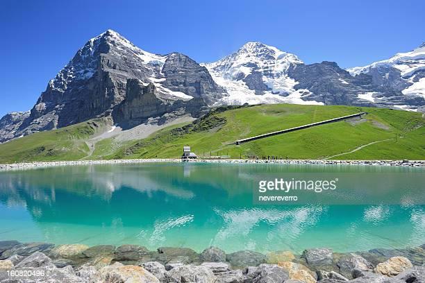 スイスのアルプスの山々の Bernese た貯水施設