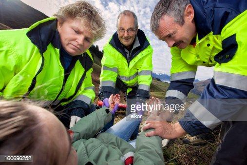 Schweizer Sanitäter, wo verletzte Junge Frau in Alpen
