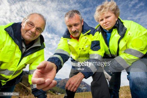 Schweizer Sanitäter Team Vornüber beugen und bieten Unterstützung In Alpen