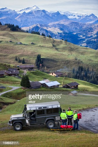 Schweizer Sanitäter Team mit dem Jeep in Alpen : Stock-Foto