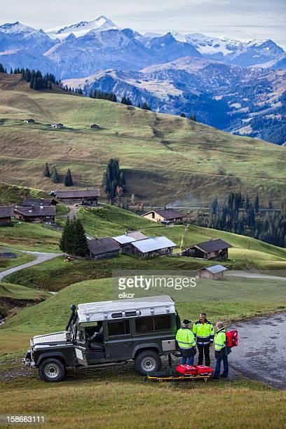 Schweizer Sanitäter Team mit dem Jeep in Alpen
