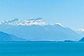 Le lac leman avec montagne enneigée
