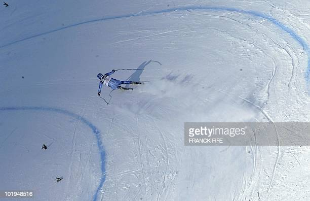 Switzerland's Markus Herrmann skis 19 December 2002 during the training session of the World Cup downhill event in Val Gardena Austrian Fritz Strobl...
