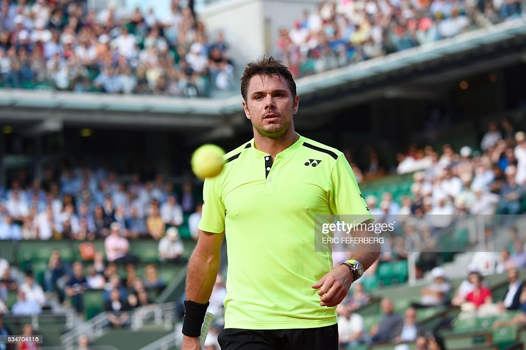 Switzerland's Stanislas Wawrinka looks on during his men's third round match against France's Jeremy Chardy at the Roland Garros 2016 French Tennis Open in Paris on May 27, 2016. / AFP / Eric FEFERBERG