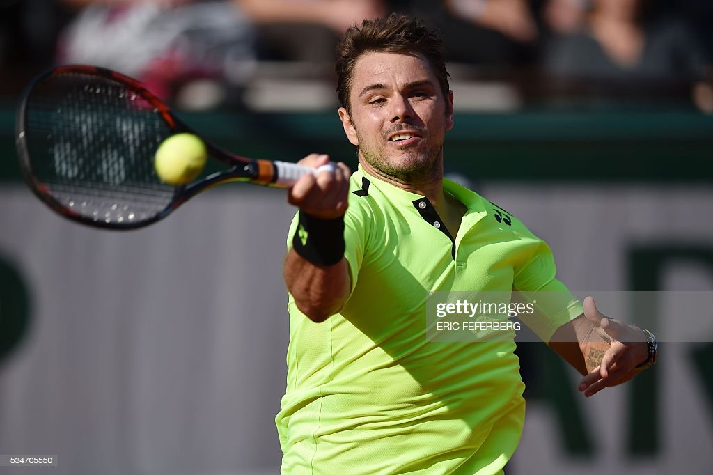 Switzerland's Stanislas Wawrinka returns the ball to France's Jeremy Chardy during their men's third round match at the Roland Garros 2016 French Tennis Open in Paris on May 27, 2016. / AFP / Eric FEFERBERG