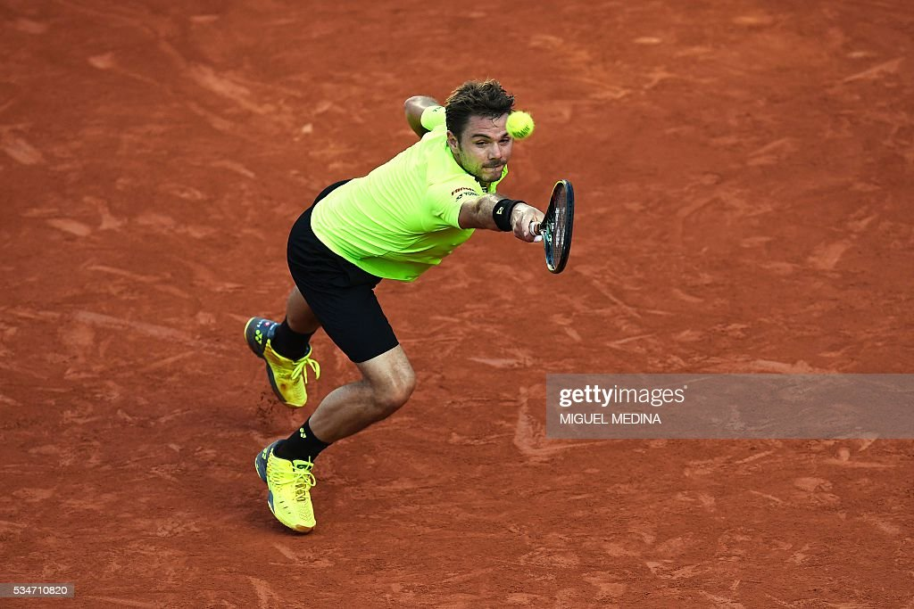 Switzerland's Stanislas Wawrinka returns the ball to France's Jeremy Chardy during their men's third round match at the Roland Garros 2016 French Tennis Open in Paris on May 27, 2016. / AFP / MIGUEL