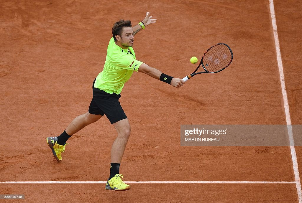 Switzerland's Stanislas Wawrinka returns the ball to Serbia's Viktor Troicki during their men's fourth round match at the Roland Garros 2016 French Tennis Open in Paris on May 29, 2016. / AFP / MARTIN