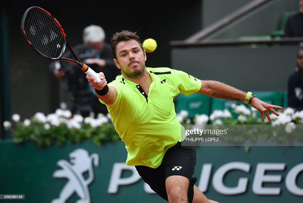 Switzerland's Stanislas Wawrinka returns the ball to Serbia's Viktor Troicki during their men's fourth round match at the Roland Garros 2016 French Tennis Open in Paris on May 29, 2016. / AFP / PHILIPPE