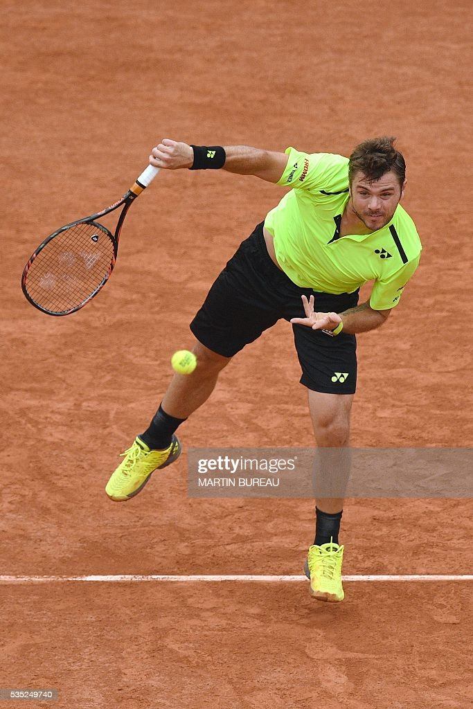 Switzerland's Stanislas Wawrinka serves the ball to Serbia's Viktor Troicki during their men's fourth round match at the Roland Garros 2016 French Tennis Open in Paris on May 29, 2016. / AFP / MARTIN