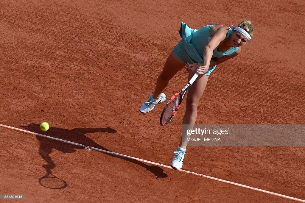 Switzerland's Timea Bacsinszky serves the ball to France's Pauline Parmentier during their women's third round match at the Roland Garros 2016 French Tennis Open in Paris on May 28, 2016. / AFP / MIGUEL