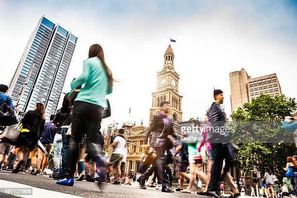 シドニーのダウンタウン、ぼやけた人々との交差点
