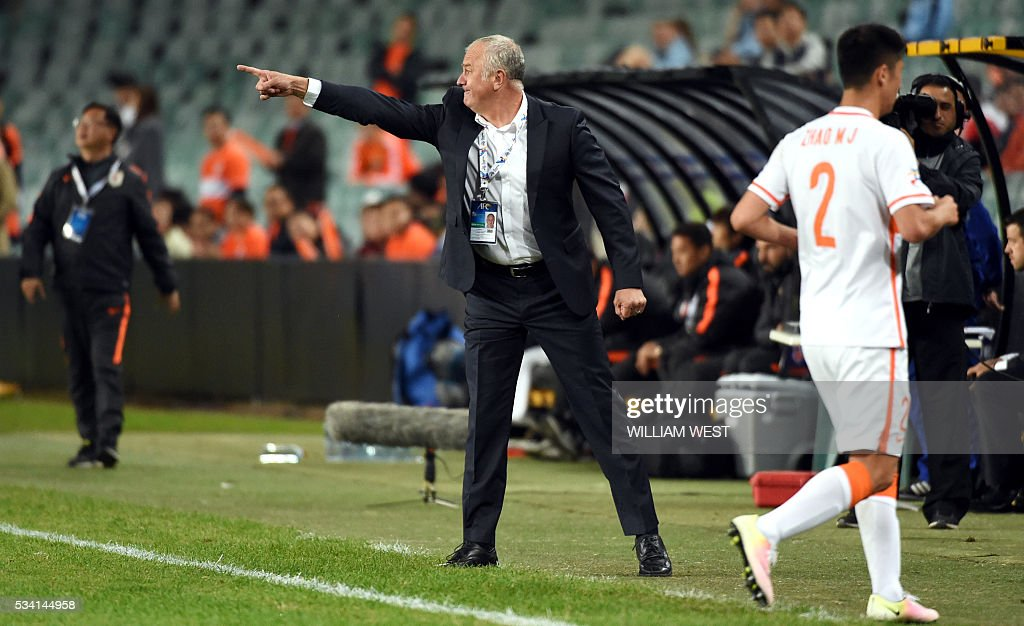 Sydney FC coach Graham Arnold (C) gestures to his players during their AFC Champions League round of 16 second leg football match against Shandong Luneng in Sydney on May 25, 2016. / AFP / WILLIAM