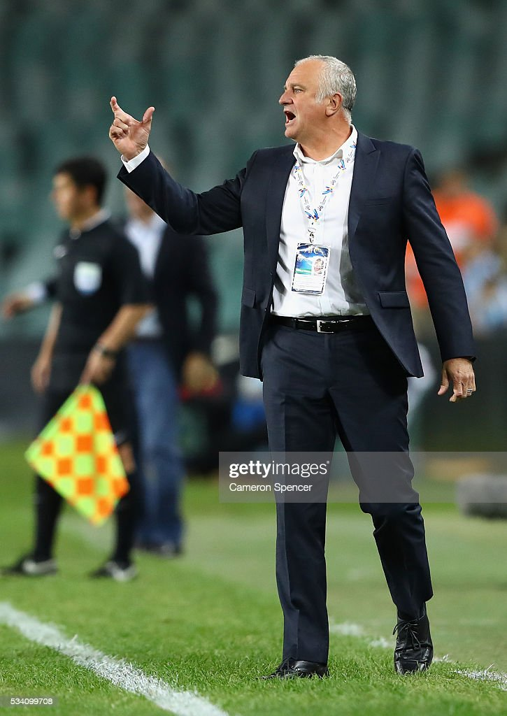 Sydney FC coach <a gi-track='captionPersonalityLinkClicked' href=/galleries/search?phrase=Graham+Arnold&family=editorial&specificpeople=545662 ng-click='$event.stopPropagation()'>Graham Arnold</a> talks to his players during the AFC Asian Champions League match between Sydney FC and Shandong Luneng at Allianz Stadium on May 25, 2016 in Sydney, Australia.