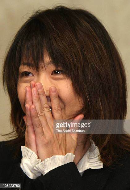 Sydney Olympic Women's Marathon gold medalist Naoko Takahashi sheds tears during a press conference on her retirement at a Tokyo hotel on October 28...