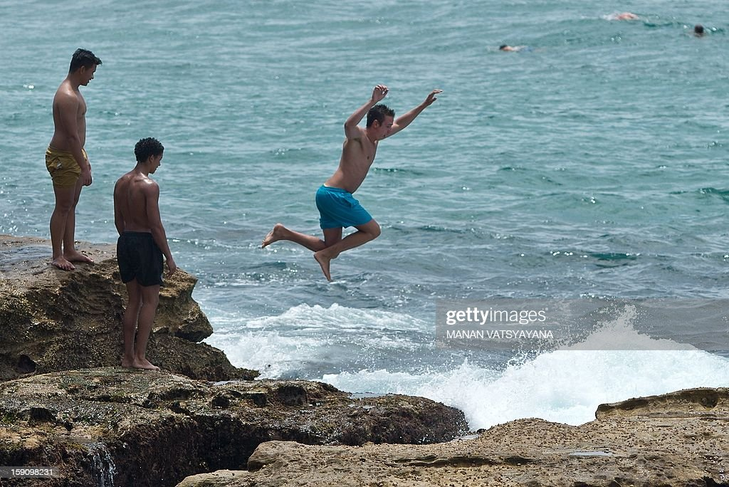 Sydneysiders cool off at Manly beach in Sydney on January 8, 2013. Authorities warned New South Wales state faced one of the highest-risk fire days in its history, and temperatures rapidly climbed above 40 degrees Celsius (104 degrees Fahrenheit). AFP PHOTO/ MANAN VATSYAYANA