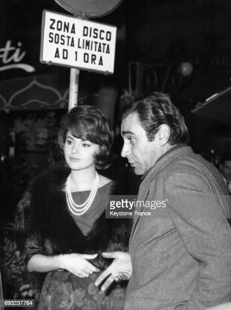Sylva Koscina en compagnie d'un homme sous un panneau