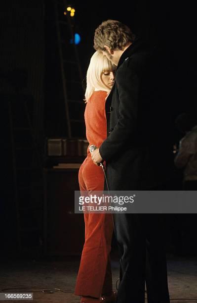 Sylvie Vartan And Johnny Hallyday At The Olympia A Paris à l'Olympia en mars 1967 lors d'une répétition Sylvie VARTAN debout de dos aux côtés de...