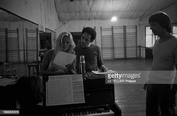 Sylvie Vartan At The Olympia 1972 En aout 1968 Sylvie VARTAN répète son prochain spectacle à l'Olympia Accoudée au piano elle révise ses partitions