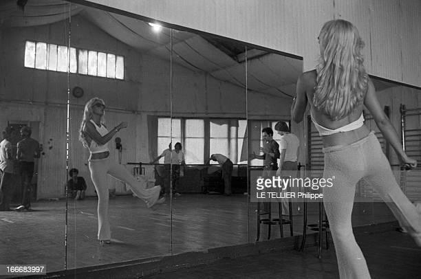 Sylvie Vartan At The Olympia 1972 En aout 1968 Sylvie VARTAN répète son prochain spectacle à l'Olympia La chanteuse danse avec ses lunettes noires...
