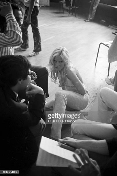 Sylvie Vartan At The Olympia 1972 En aout 1968 Sylvie VARTAN répète son prochain spectacle à l'Olympia La chanteuse assise par terre