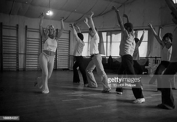 Sylvie Vartan At The Olympia 1972 En aout 1968 Sylvie VARTAN répète son prochain spectacle à l'Olympia Ici mise au point d'une chorégraphie avec ses...