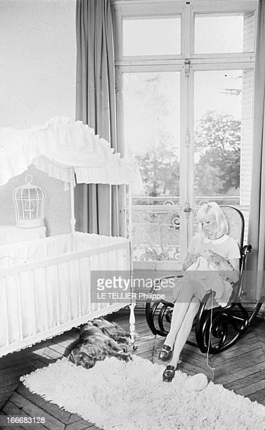 Sylvie Vartan Future Mom En mai 1966 Sylvie VARTAN chez elle au château de Gagny à Loconville dans l'Oise Elle sera maman dans trois mois et prépare...