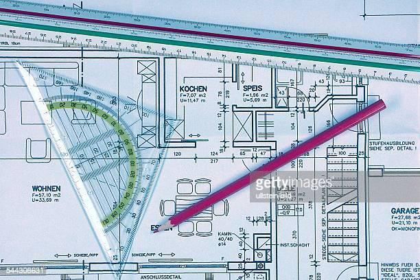 Symbol Bauantrag Eigenheim Architekt Bauplan Bauzeichnung mit Linieal Geodreieck und Bleistift