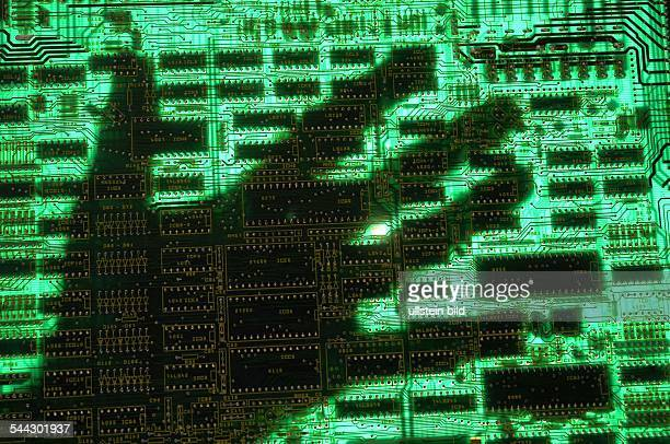 Symbol Datendiebstahl Datenklau Computerkriminalitaet Phishing Hand auf einer Computerplatine
