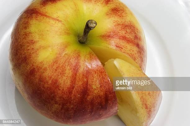 Symbol gesunde Ernährung Apfeldiät Obsttag angeschnittener Apfel auf einem Teller