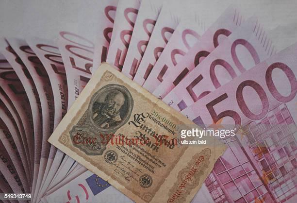Symbol Inflation alter Geldschein mit dem Aufdruck Eine Miliarde Mark liegt bei 500 Euro Banknoten