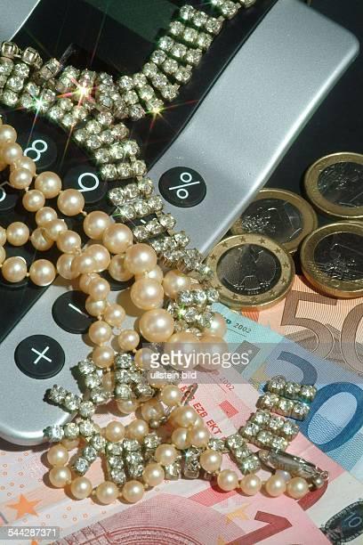 Symbol Reichtum Reichensteuer Erbschaft Luxus Schmuck Geld und Taschenrechner