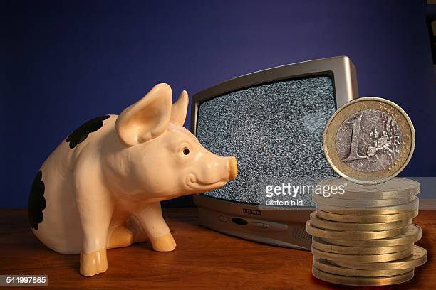 Symbol Schwarzseher GEZ Gebuehren Sparschwein leerer Bildschirm und Euromuenzen