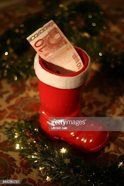 Symbol Weihnachtsgeschenke Geldgeschenke Weihnachstgeld Kuerzung des Weihnachtsgelds Nikolausstiefel mit 10 Euro Geldschein