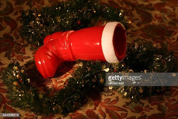 Symbol Weihnachtsgeschenke Geldgeschenke Weihnachstgeld Kuerzung des Weihnachtsgelds leerer Nikolausstiefel