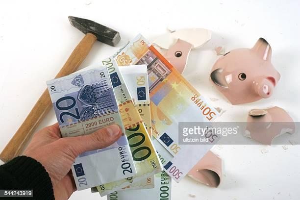 geschlachtetes Sparschwein Hammer und Euro Geldscheine