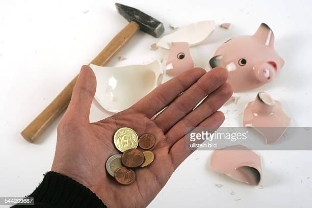 geschlachtetes Sparschwein Hammer und Kleingeld