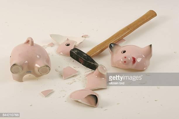 geschlachtetes Sparschwein und Hammer