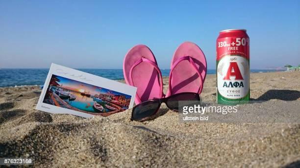 Symbolbild Symbolfoto Illustration Urlaub Ferien Eine Postkarte mit dem Motiv der Hafenstadt Rethymno ein paar rosafarbene Badelatschen eine...