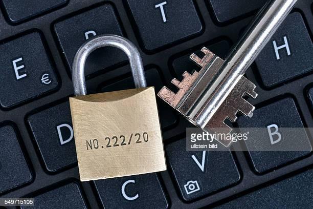 Symbolfoto Tastatur Computer Sicherheit Schluessel Vorhaengeschloss / Schlüssel Vorhängeschloß