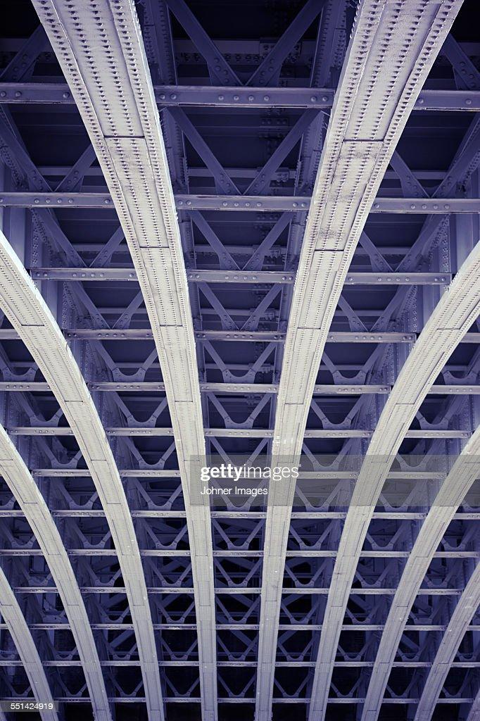 Symmetric metal structure