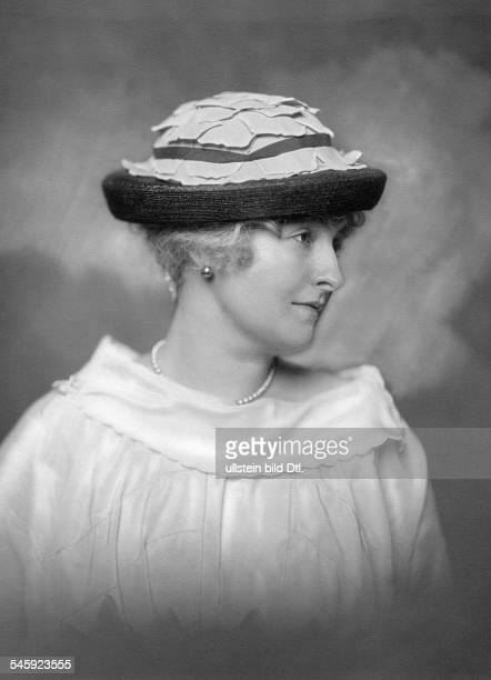Synd Lu *18861978Schauspielerin DPorträt mit Hut und Perlenkette um 1916veröffentlicht Dame 17/1917