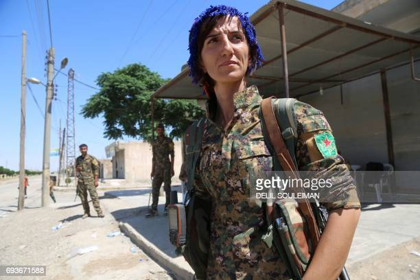 CORRECTION Syrian Democratic Forces made up of an alliance of Kurdish and Arab fighters appraich the AlMeshleb neighbourhood of Raqa as they try to...
