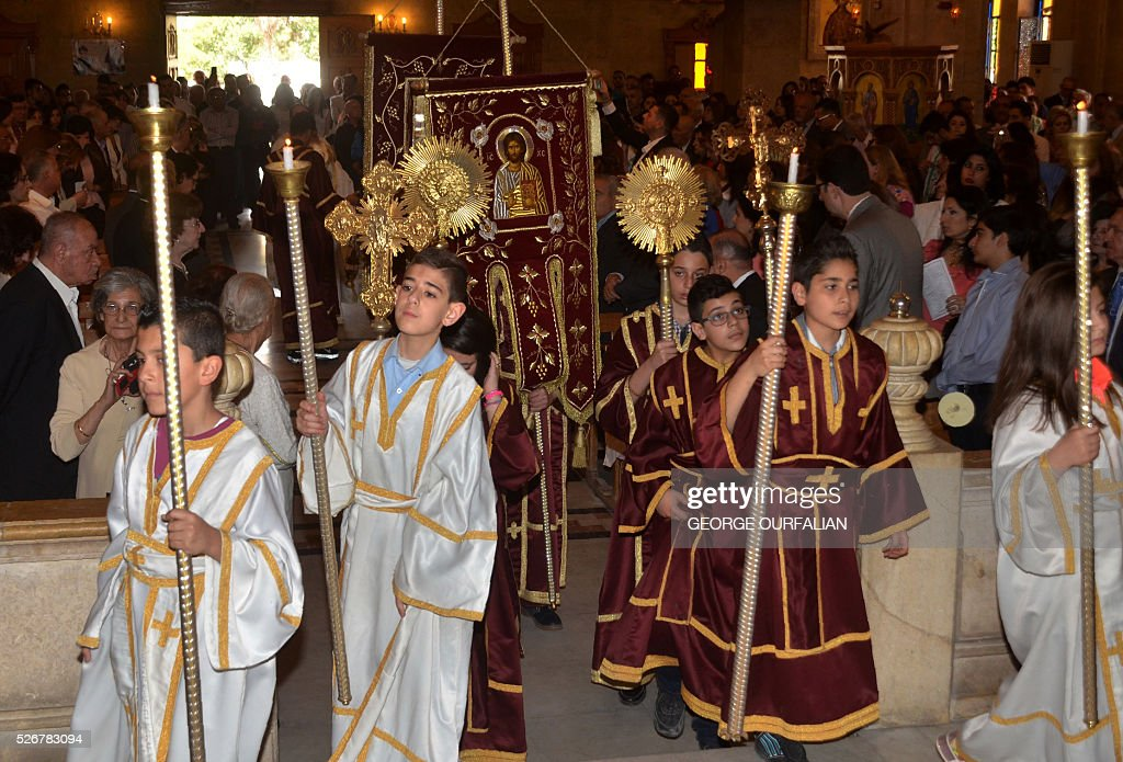Syrian Greek Orthodox Christians attend a mass during the Orthodox Easter celebrations on May 1, 2016, in the government-controlled side of the northern city of Aleppo. / AFP / GEORGE