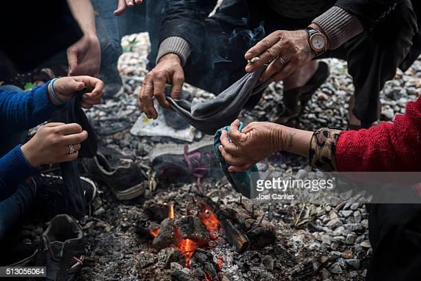 Syrien réfugiés à côté de la cheminée sur Lesbos, Grèce