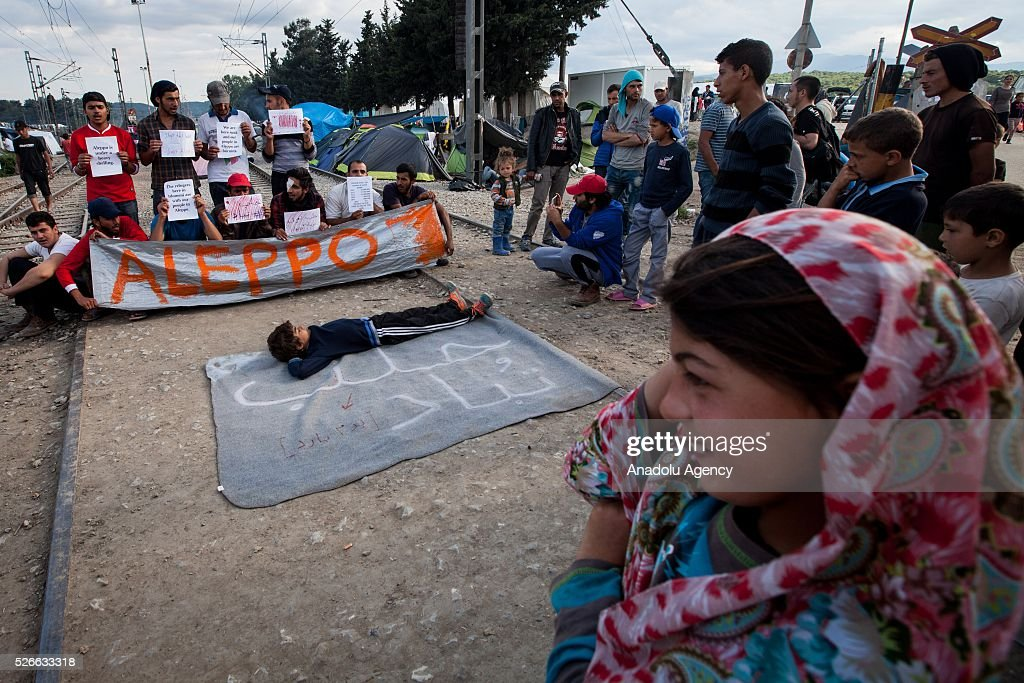Syrians refugees protest against the bombing in Aleppo at the Idomeni refugee camp in Greece on April 30, 2016. Refugees' 'journey of hope' towards Western European countries where they dream of having a better life ends in the Balkans following the latest decision.