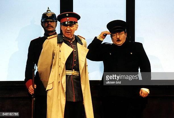 Szene aus 'Der Hauptmann von Köpenick' von Zuckmayer Regie Katharina Thalbach Premiere Mi Harald Juhnke re Wolfgang Hosfeld