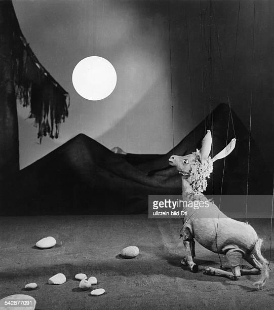 Szenenbild aus einer Auffuehrung der 'Augsburger Puppenkiste' 'Wie das Eselchen das Christkind suchte' Der Mond zeigt dem Eselchen den Weg veroeff...