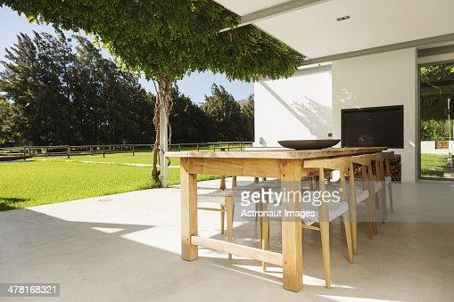 table et chaises sur la terrasse de luxe photo getty images. Black Bedroom Furniture Sets. Home Design Ideas